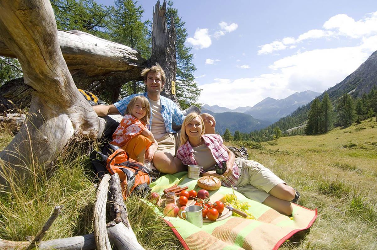 Семья отдыхает в горах