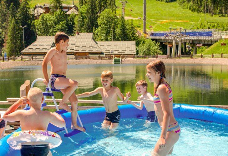 озеро Буковель летом