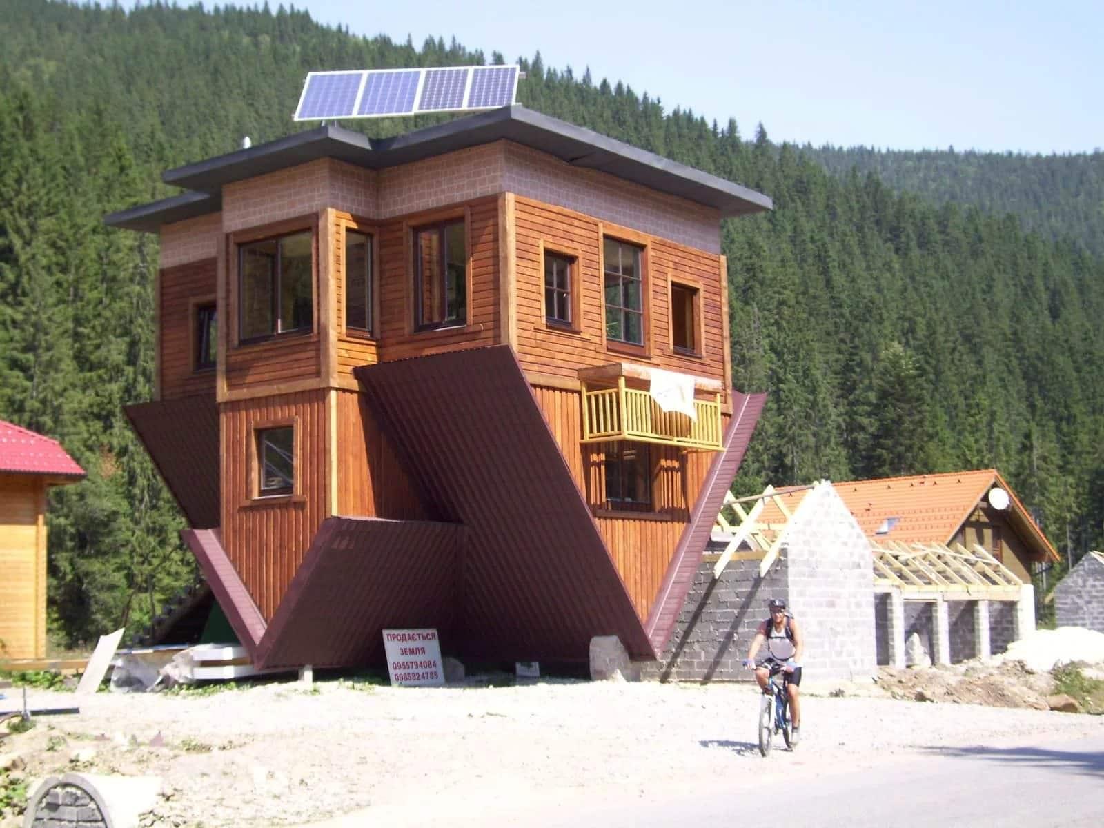 Дом-перевертыш в селе Поляница