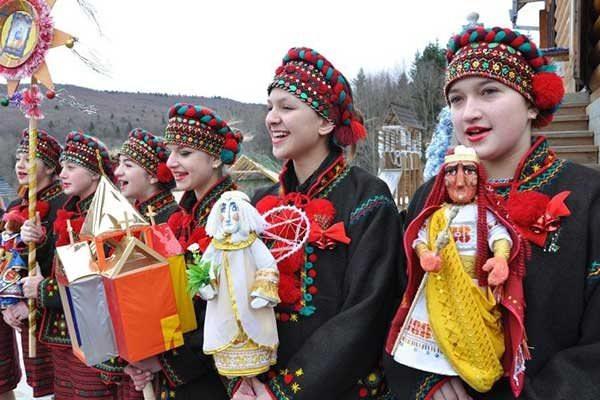 девушки в гуцульских костюмах