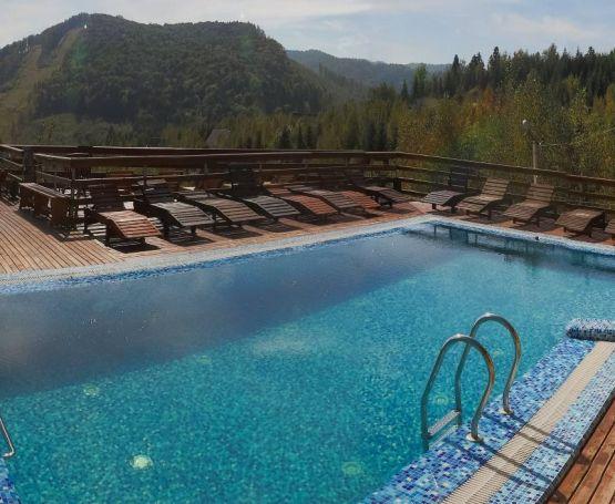 Открытый бассейн в Карпатах