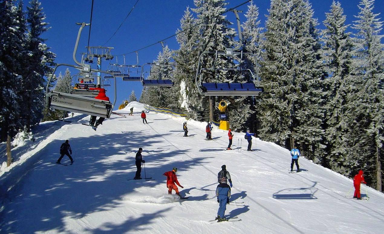 Лыжники на зимней трассе в Карпатах