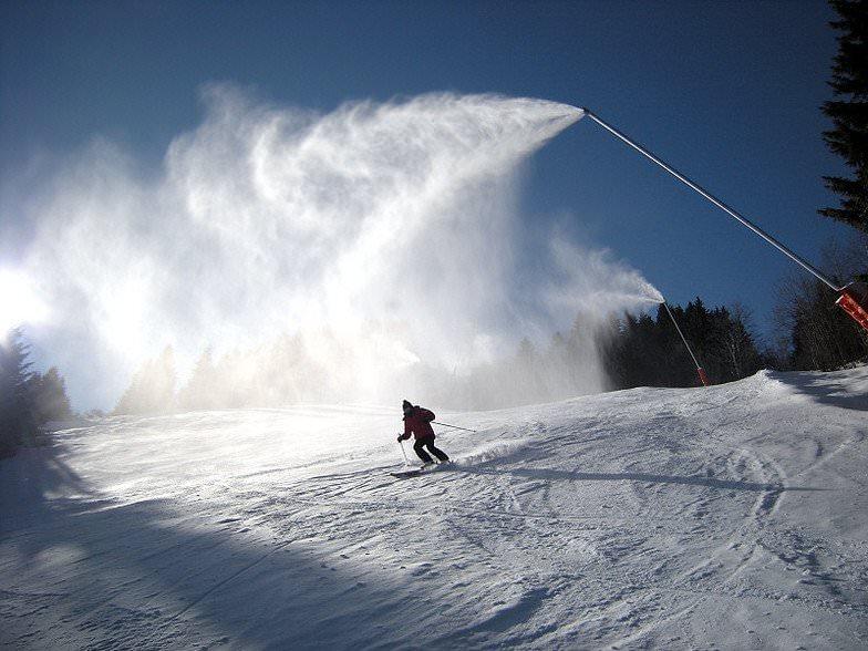 лыжник спускается по склону