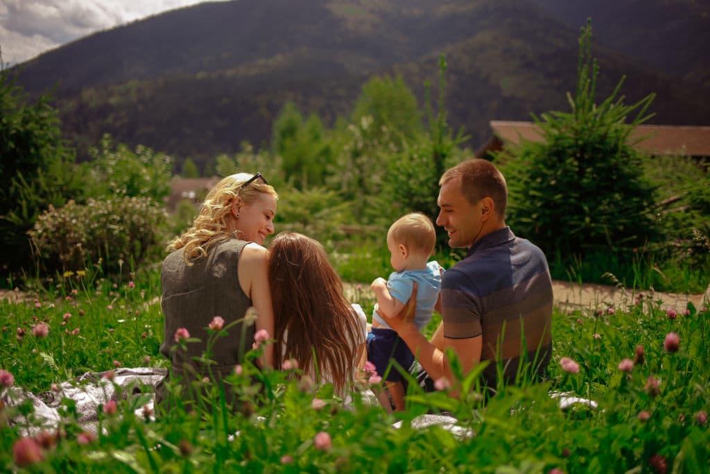 Семья с детьми на природе в Карпатах
