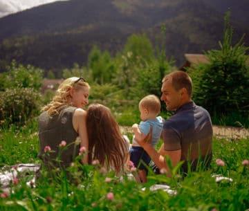 Семья на природе в Карпатах