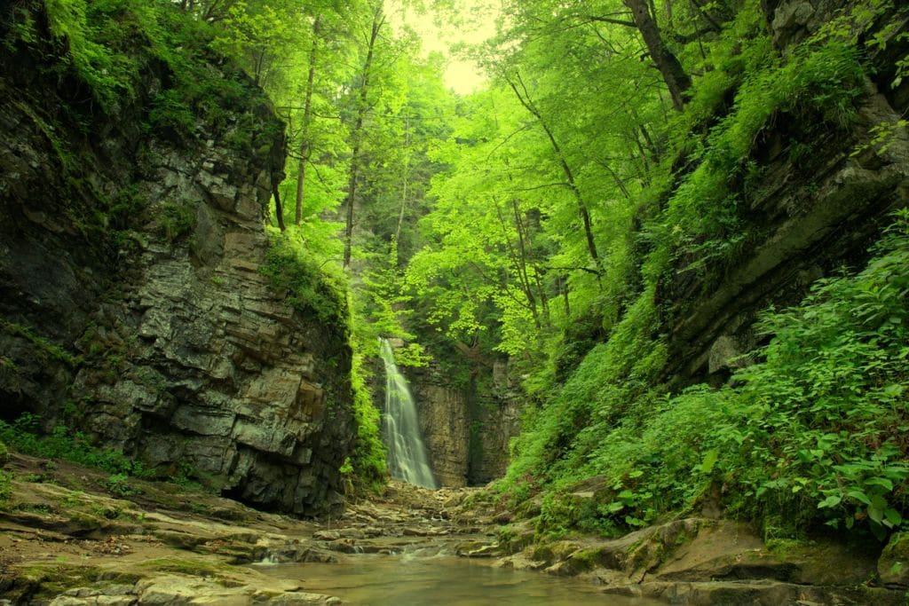 Река с водопадом в Карпатах