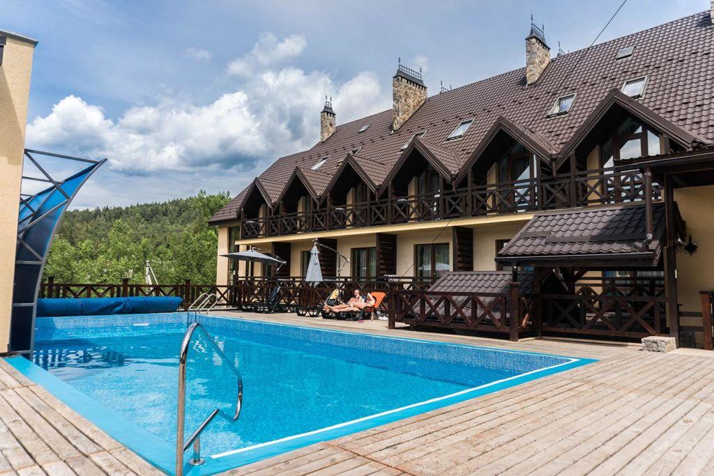 Коруна отель с бассейном Татаров